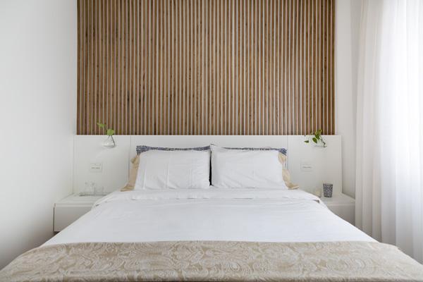 חדר השינה של ההורים עם חומרים וצבעים טבעיים ונייטרליים