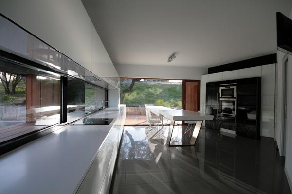 מטבח רחב ידיים בשילוב צבעי שחור-לבן