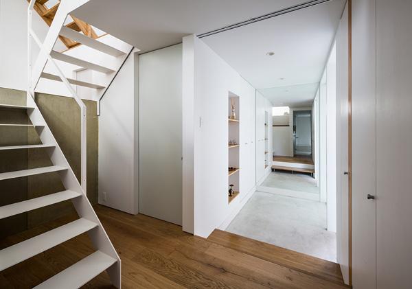 קומת הקרקע כוללת חללי אחסון, חדר שינה ראשי ויציאה לגינה