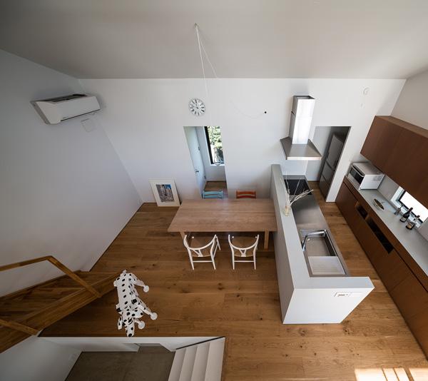 מבט מחדר השינה הנוסף אל מפלס המטבח ופינת האוכל
