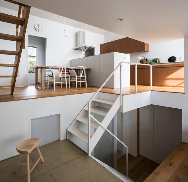 הבית מחולק למפלסים - למטה חדר השינה הראשי, למעלה המטבח ופינת האוכל