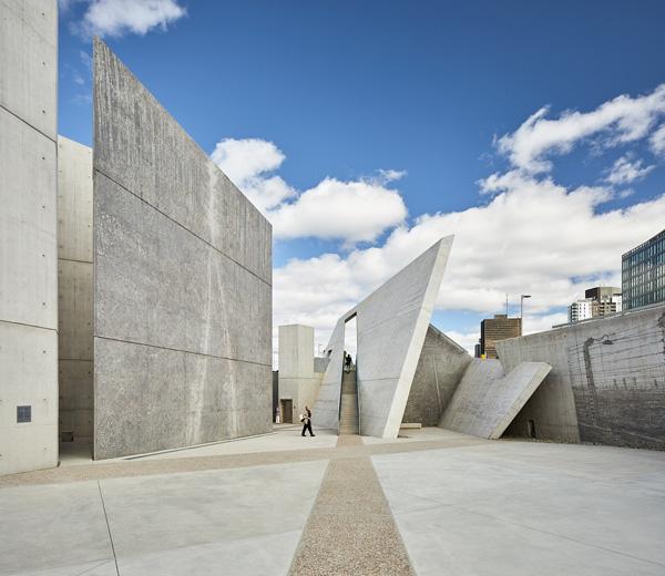 קירות בטון גבוהים ונטויים מובילים למסדרונות דמויי מבוך