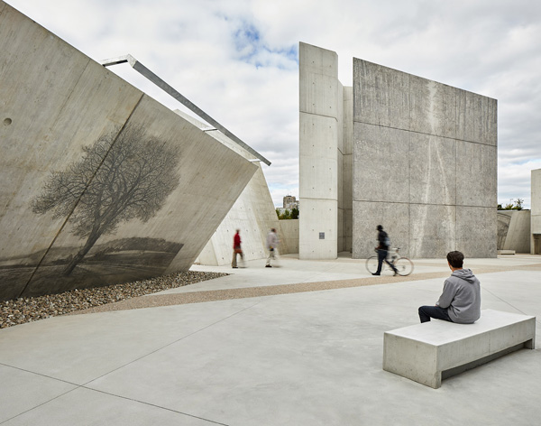 חלל התכנסות מרכזי וציורים על קירות הבטון