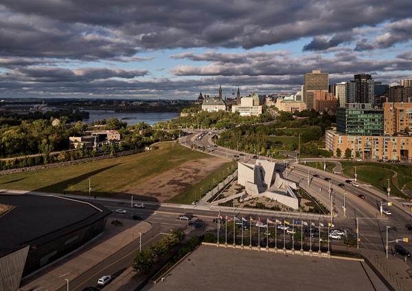 האנדרטה משקיפה על מגדלי הפרלמנט הקנדי