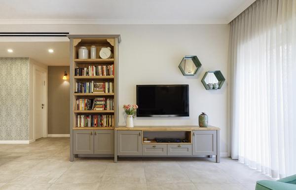 מבט על קיר הטלויזיה בסלון. צילום: יואל אליווה