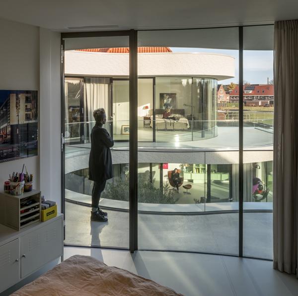 מבט מחדר שינה באגף אחד לסוויטת ההורים שבאגף השני