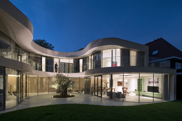 בקומה השניה מרפסת היקפית שמאפשרת מבטים כלפי מטה ומקשרת בין החדרים
