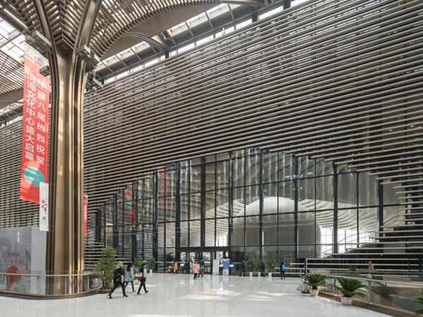 הכניסה הדרמתית לספריה יוצרת מבנה דמוי עין