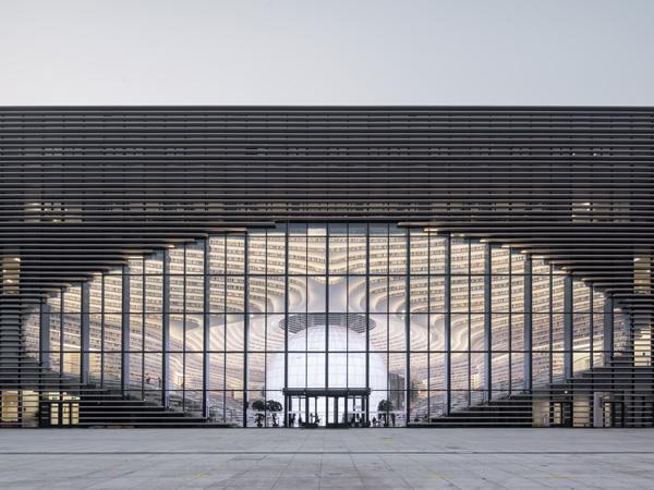 הכניסה לספריה יוצרת מפתח דמוי עין שבמרכזה מאיר האודיטוריום העגול