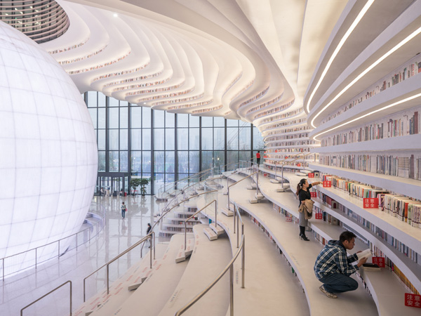 מדפי הספרים הם גם מקומות ישיבה והם עוטפים את כל חלל המבנה, כולל התקרה