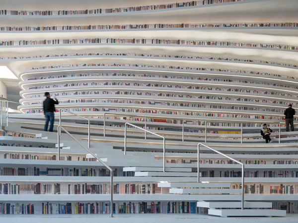 מבנה הספריה מאפשר גישה נוחה ותצוגה נאה עבור הספרים