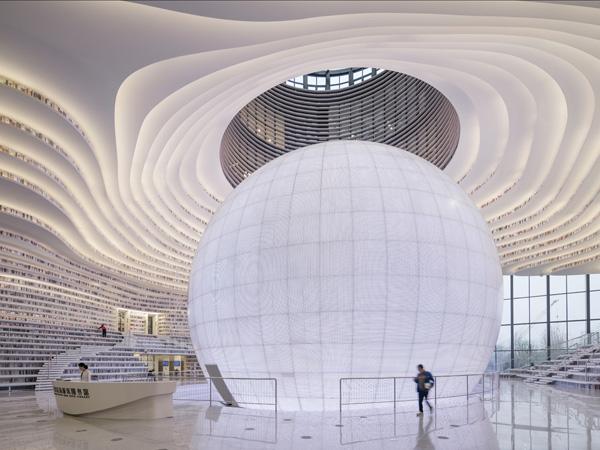 במרכז החלל ניצב האודיטוריום העגול והמואר שכל חלל הפנים נבנה סביבו