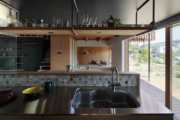 המטבח שמוסתר מאחורי קיר הלבנים ומשקיף אל הנוף הסובב