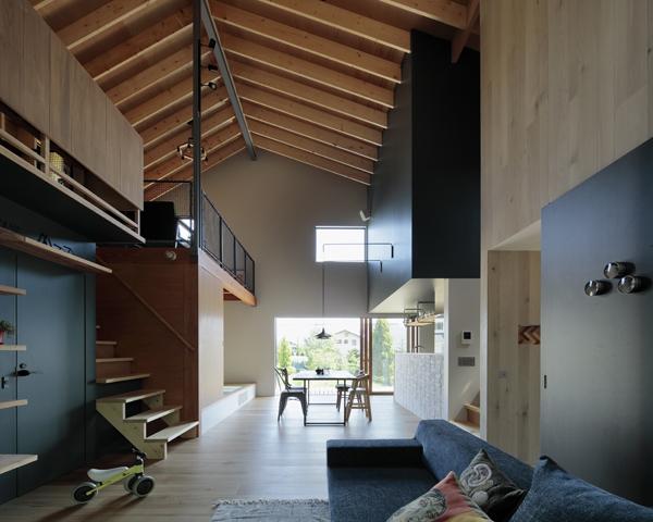 מבט מהסלון אל המטבח והמרפסת