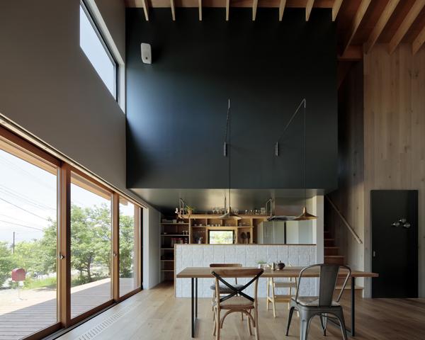 מבט מכיוון החדר היפני לעבר המטבח שמוסתר בקיר לבנים נמוך