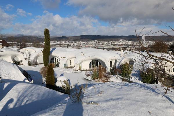 צורת הבניה מגינה מפני פגעי מזג האויר