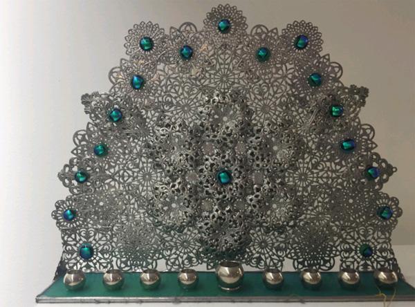 חנוכית חיתוך מתכת משובצת אבני טורקיז