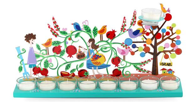 גלריה לאמנות צוקי - חנוכיה צבעונית בעיצוב נאיבי עם חיתוך לייזר