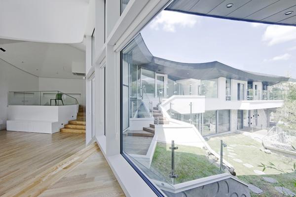 חללי הפנים של הבית שטופי אור ומשקיפים את החצר הפנימית