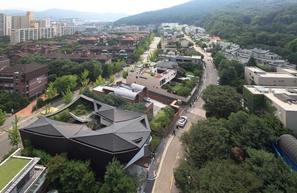 הבית ניצב בשכונה יחודית, בה כל בית תוכנן על ידי אדריכל מפורסם אחר