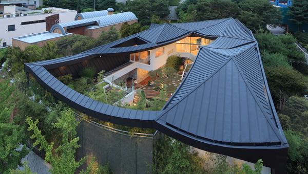 הבית במבט מלמעלה - החצר הפנימית שומרת על פרטיות הדיירים