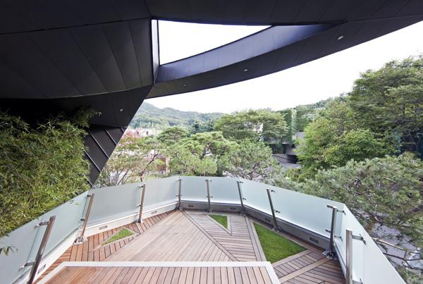 מרפסת הסלון נפתחת לנוף ההרים הירוק