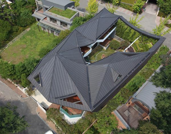 הבית ממעוף הציפור - גג יחודי שעוזר להתמודד על תנאי מזג האויר הקשים