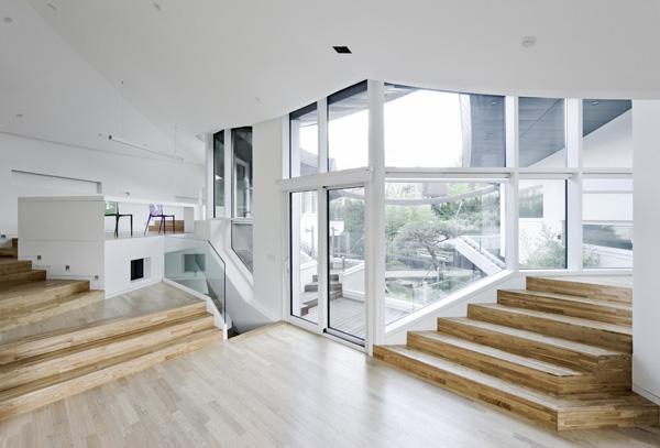 חללי הפנים של הבית מרובי מפלסים ויוצרים מגוון מסלולי הליכה