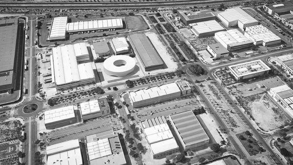 המבנה העגול בולט על רקע המבנים התעשייתיים המלבניים המקיפים אותו