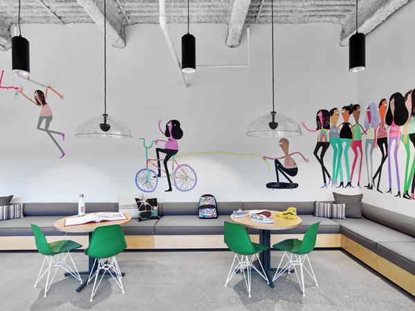 ציורים צבעוניים ודינמיים בעבודת יד צוירו על קירות המשרד