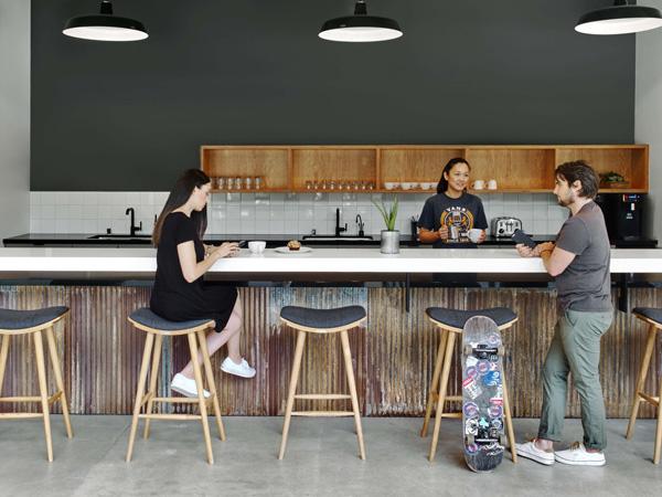 בית הקפה מצויד בבריסטה צמוד