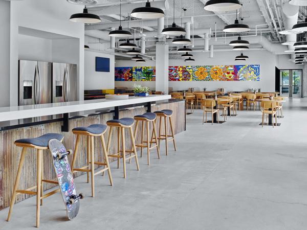 בית הקפה כולל בר, מקומות ישיבה בהשראת סקייטבורד ויצירות אמנות בצבעים עזים
