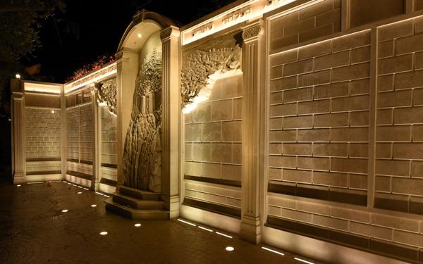 קיר התורמים בעיר דוד מואר בלילה