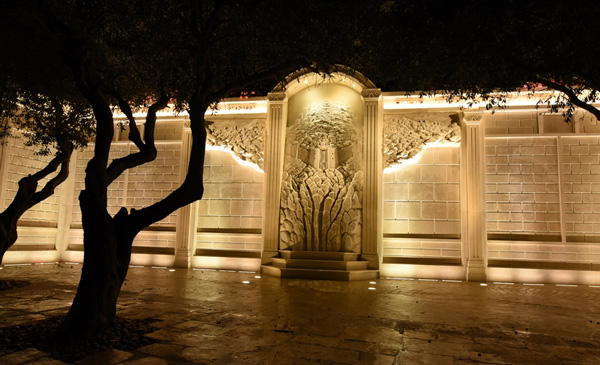 תאורה אמנותית עוצבה לקיר התורמים בעיר דוד על ידי המעצב עמיר ברנר