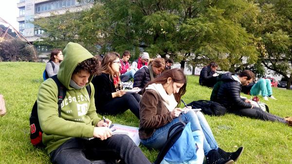 סטודנטים רושמים על הדשא, בסדנא של אדריכל דניאל אזרד בבואנוס איירס