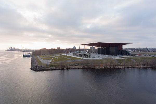 האמפיתאטרון בטרואה-ריבייר מגיע עד לשפת המים, בנקודת המפגש בין שני נהרות