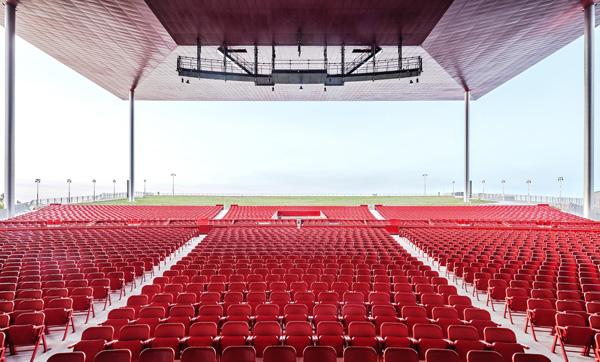 האמפיתאטרון בטרואה-ריבייר, מבט לכסאות הקהל האדומים