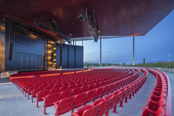 האמפיתאטרון בטרואה-ריבייר יכול להכיל עד כ- 8,700 צופים