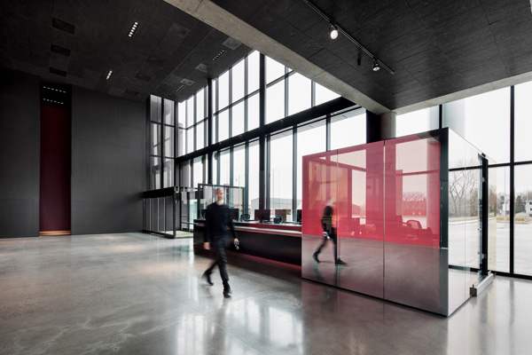 חלל הכניסה של האמפיתאטרון בטרואה-ריבייר מחופה בקירות זכוכית