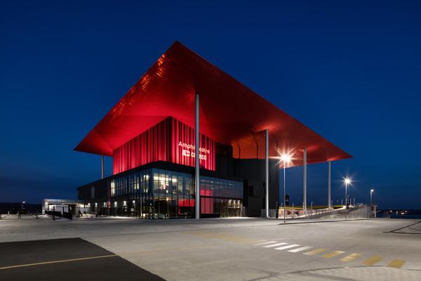 גגו האדום של האמפיתאטרון בטרואה-ריבייר נראה למרחקים גם בלילות הודות לתאורה מחמיאה