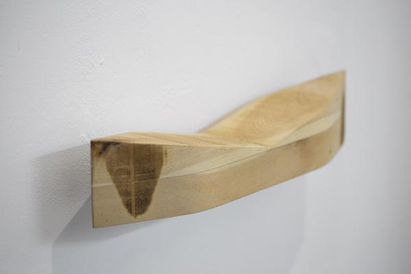 פרט המזכיר סירה מעץ, מתוך תערוכתה של האמנית טליה ימיני, צילום: טל ניסים