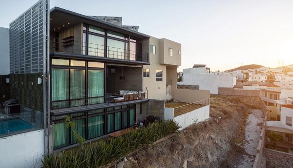 בית חכם ובר קיימא משקיף על נוף אורבאני במדינת צ