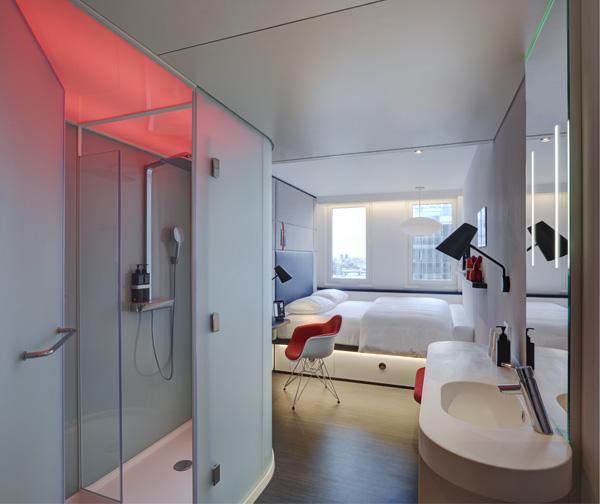 החדרים מאובזרים במיטות רחבות ומערכות שליטה חכמות. צילום: Richard Powers