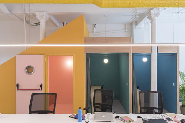 שולחן רחב, תאים אישיים ומשרדים פרטיים. צילום: Roberto Ruiz