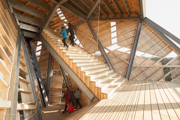 קונסטרוקצית פלדה ואלמנטים ומדרגות מעץ השזורים בה. צילום: Katja Effting
