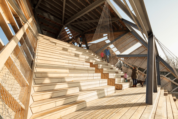 מדרגות ותיאטרון פתוח. צילום: Katja Effting