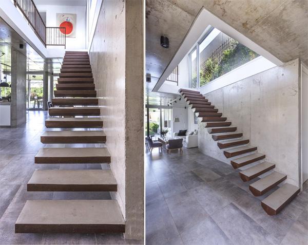 מדרגות יוצאות מתוך הקיר וממוקמות בלב הבית בחלל הכפול. צילום: Jeremy Thomas