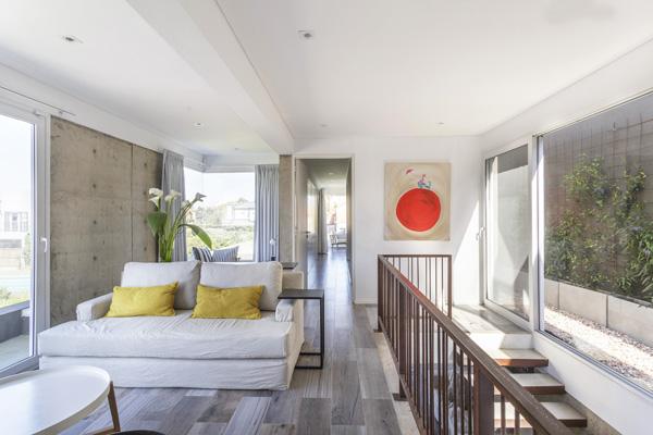 הפאטיו מימין נוצר ברווח בין הבית לחומה התוחמת את המגרש. צילום: Jeremy Thomas