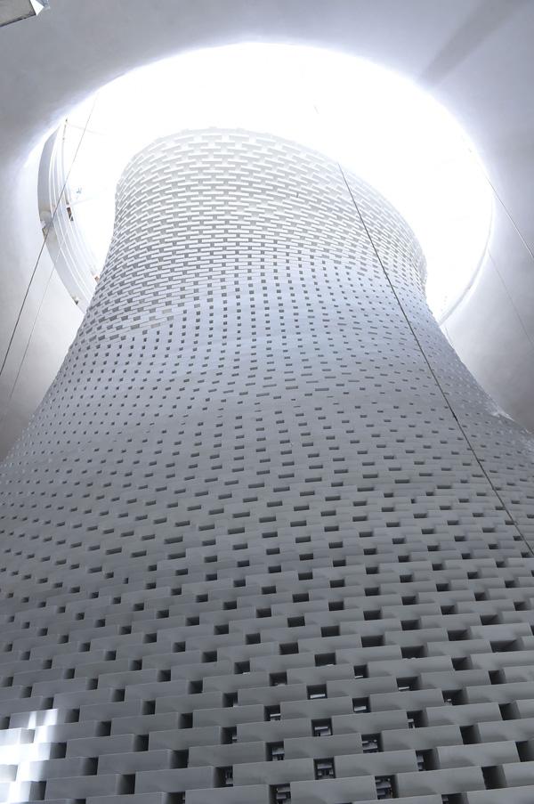 היכל הזכרון החדש  - מבט אל הר הזיכרון המתנשא לגובה 18 מטרים. צילום: דנה שרגא, דוברות משרד הביטחון