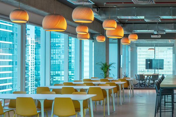 משרדי FundBox עם גופי תאורה מסדרת Wind. צילום: עוזי פורת.